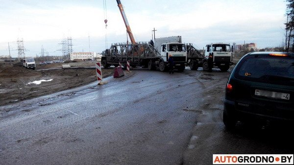 В Гродно груженный МАЗ угодил в открытый люк - грузовик вытаскивал кран (Фото), фото-3