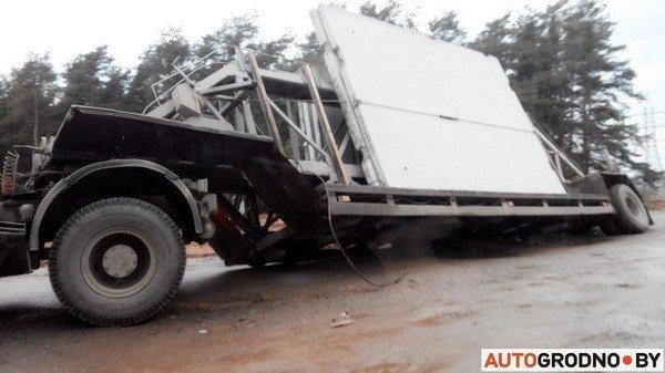 В Гродно груженный МАЗ угодил в открытый люк - грузовик вытаскивал кран (Фото), фото-1