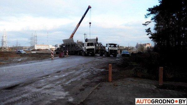 В Гродно груженный МАЗ угодил в открытый люк - грузовик вытаскивал кран (Фото), фото-2