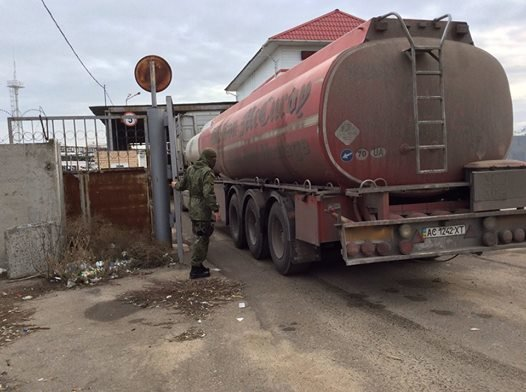 С одесского НПЗ вывозят топливо бензовозами (ФОТО) (фото) - фото 1