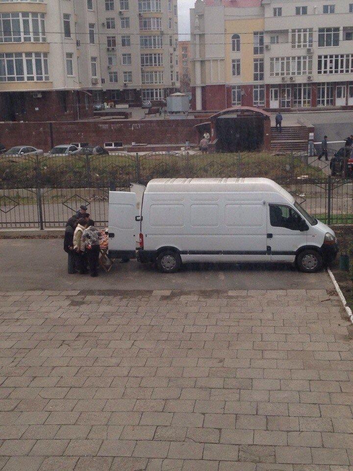 На территории одесского университета торгуют колбасой с асфальта (ФОТО) (фото) - фото 1