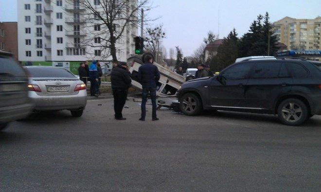 У Львові перекинулась іномарка (ФОТОРЕПОРТАЖ) (фото) - фото 3