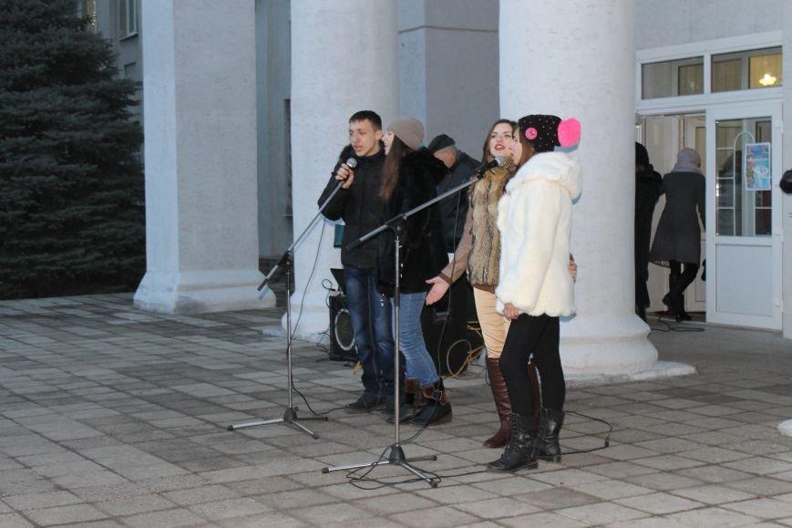 В Красноармейске на площади им. Шибанкова состоялось открытие главной новогодней елки города (фото) - фото 6