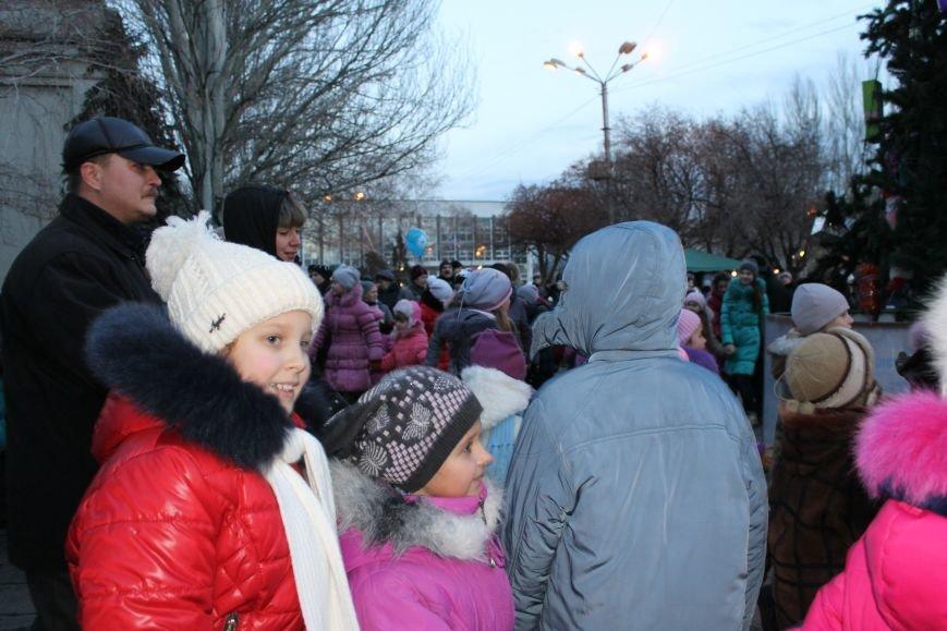 В Красноармейске на площади им. Шибанкова состоялось открытие главной новогодней елки города (фото) - фото 12
