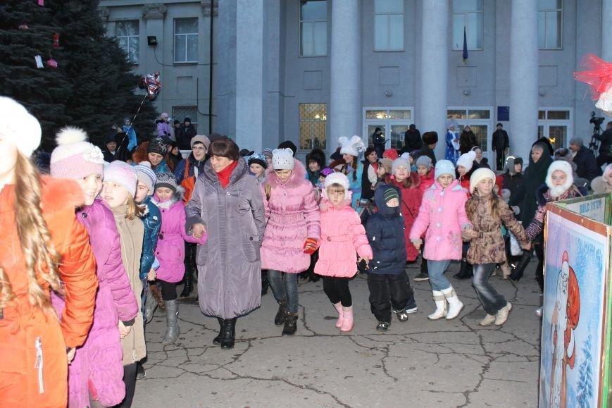 В Красноармейске на площади им. Шибанкова состоялось открытие главной новогодней елки города (фото) - фото 17