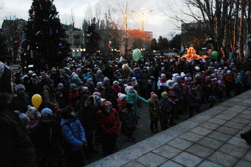 В Красноармейске на площади им. Шибанкова состоялось открытие главной новогодней елки города (фото) - фото 22