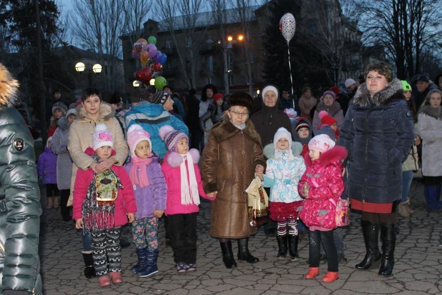 В Красноармейске на площади им. Шибанкова состоялось открытие главной новогодней елки города (фото) - фото 18