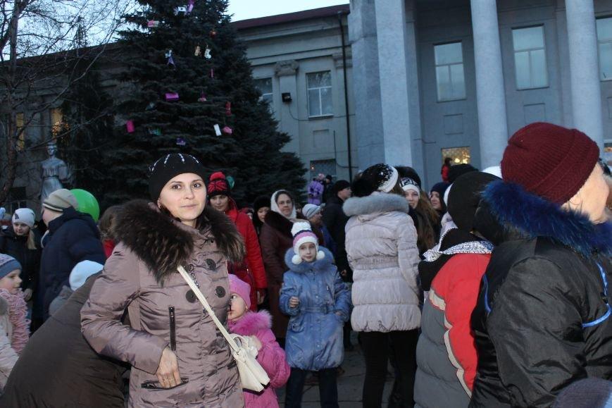 В Красноармейске на площади им. Шибанкова состоялось открытие главной новогодней елки города (фото) - фото 11
