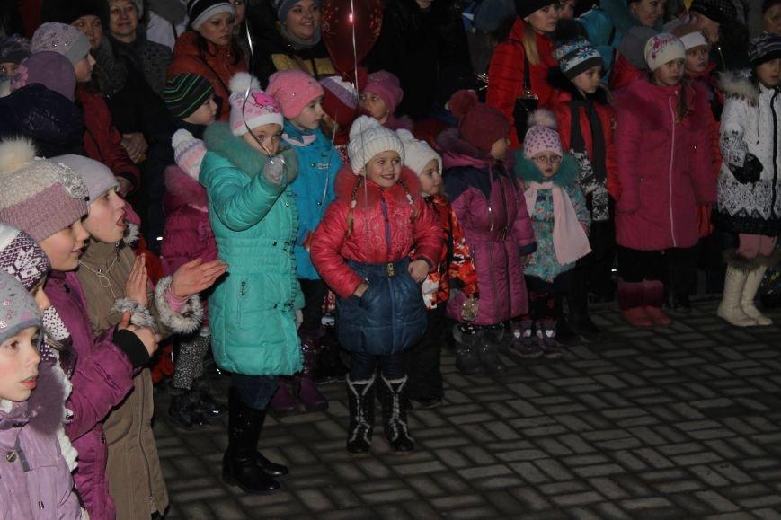 В Красноармейске на площади им. Шибанкова состоялось открытие главной новогодней елки города (фото) - фото 21