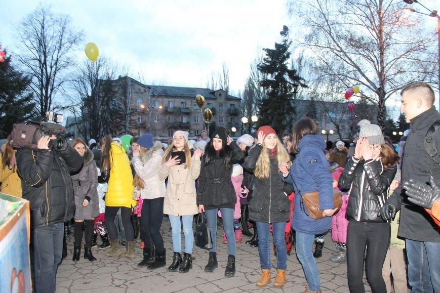 В Красноармейске на площади им. Шибанкова состоялось открытие главной новогодней елки города (фото) - фото 14