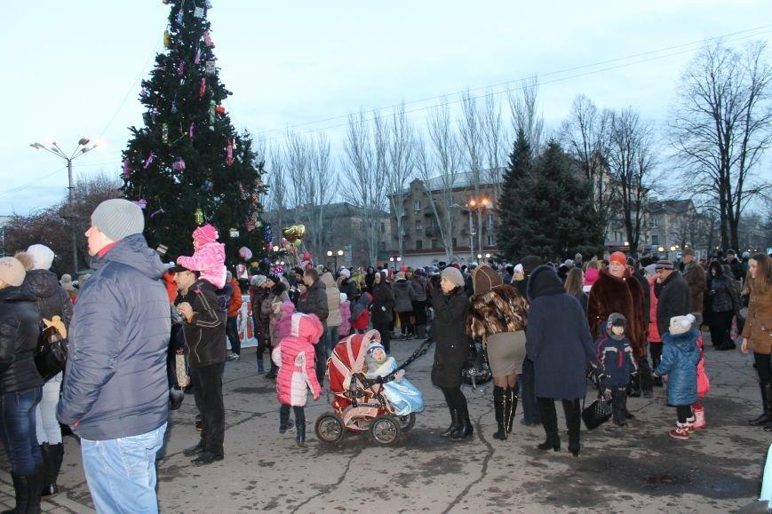 В Красноармейске на площади им. Шибанкова состоялось открытие главной новогодней елки города (фото) - фото 8