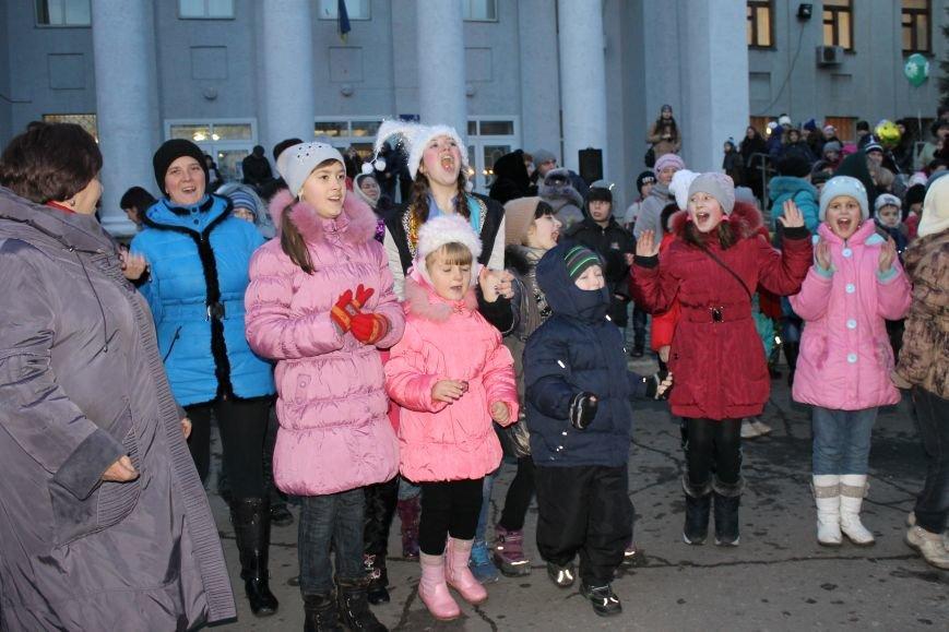 В Красноармейске на площади им. Шибанкова состоялось открытие главной новогодней елки города (фото) - фото 16