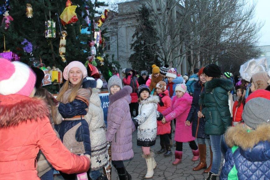 В Красноармейске на площади им. Шибанкова состоялось открытие главной новогодней елки города (фото) - фото 10
