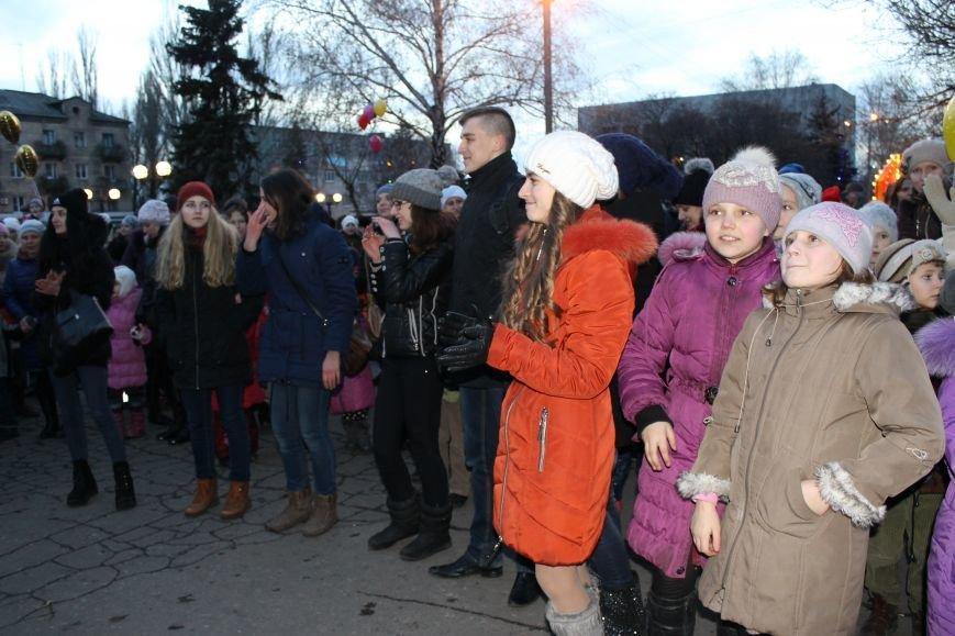 В Красноармейске на площади им. Шибанкова состоялось открытие главной новогодней елки города (фото) - фото 15