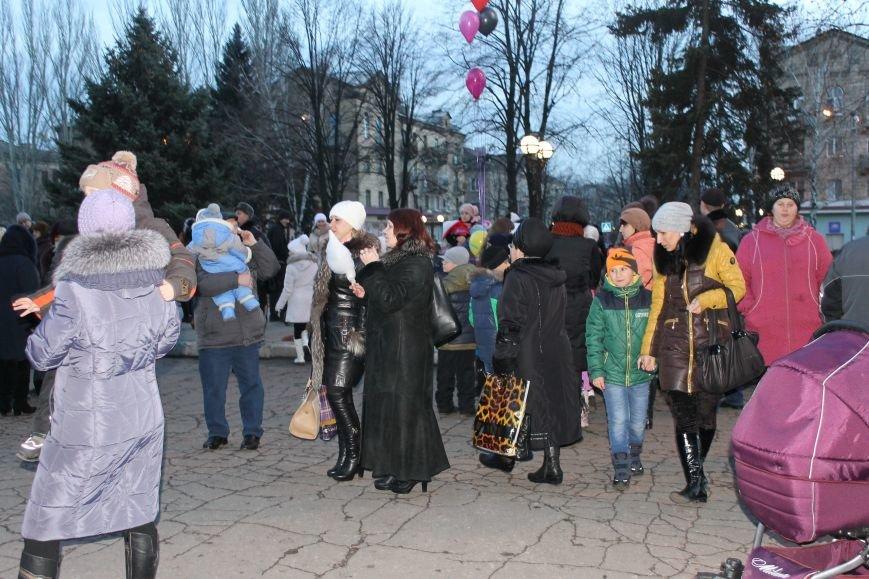 В Красноармейске на площади им. Шибанкова состоялось открытие главной новогодней елки города (фото) - фото 9