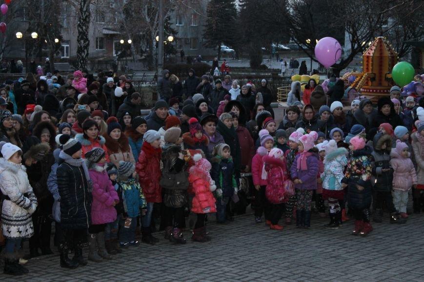 В Красноармейске на площади им. Шибанкова состоялось открытие главной новогодней елки города (фото) - фото 3