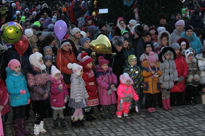 В Красноармейске на площади им. Шибанкова состоялось открытие главной новогодней елки города (фото) - фото 4