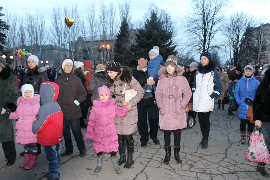 В Красноармейске на площади им. Шибанкова состоялось открытие главной новогодней елки города (фото) - фото 7