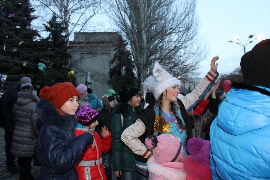 В Красноармейске на площади им. Шибанкова состоялось открытие главной новогодней елки города (фото) - фото 13