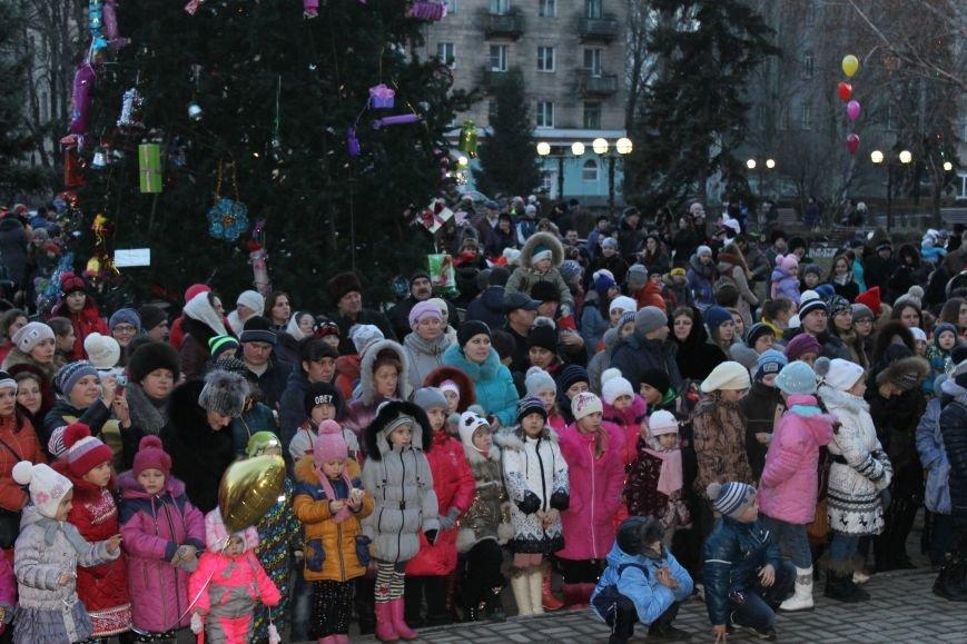 В Красноармейске на площади им. Шибанкова состоялось открытие главной новогодней елки города (фото) - фото 5