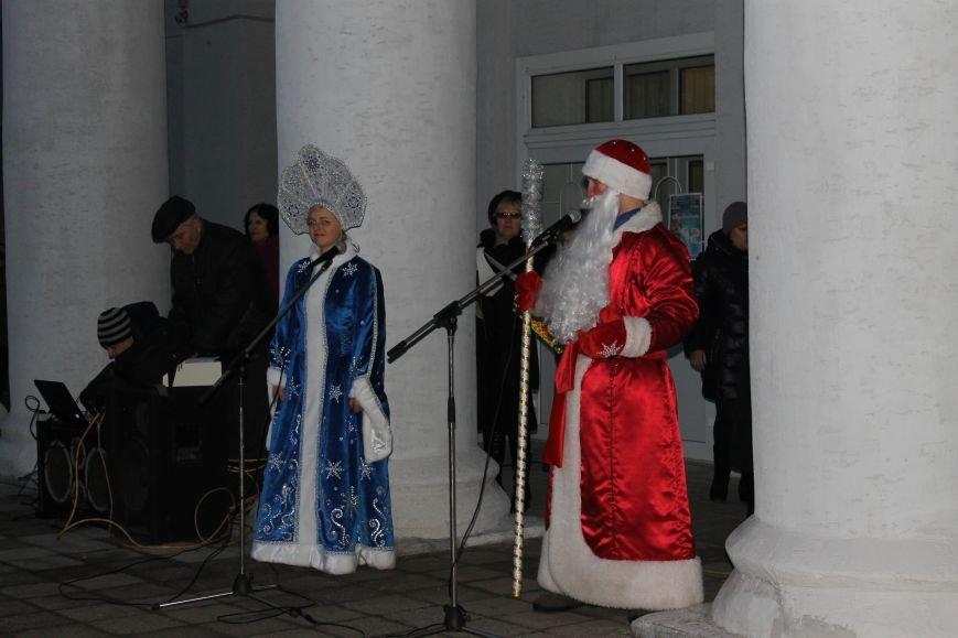 В Красноармейске на площади им. Шибанкова состоялось открытие главной новогодней елки города (фото) - фото 19