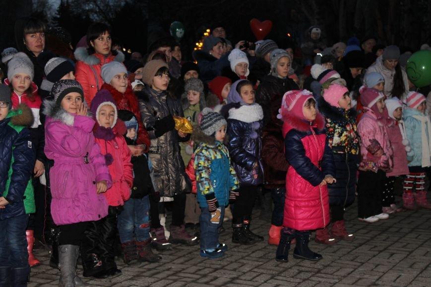 В Красноармейске на площади им. Шибанкова состоялось открытие главной новогодней елки города (фото) - фото 20