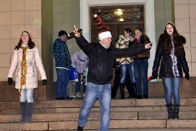 В Макеевке «зажгли» главную городскую ёлку (фото) - фото 2