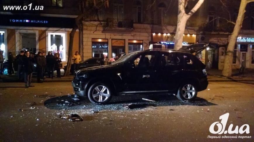 В центре Одессы  неизвестные разбили BMW X5 и похитили водителя (ФОТО) (фото) - фото 1