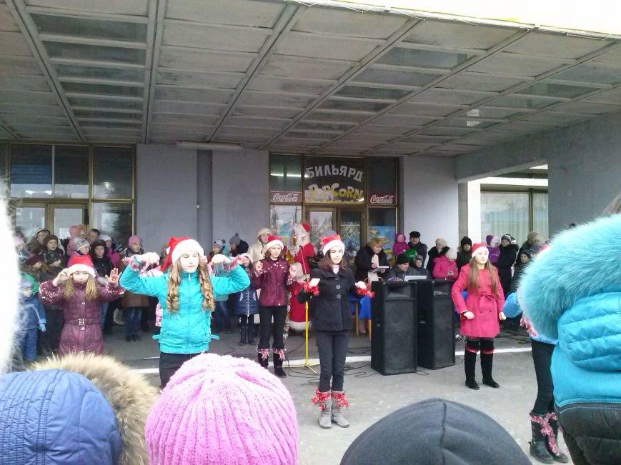 В Днепровском районе Днепродзержинска весело водили хоровод вокруг новогодней ёлки (фото) - фото 3