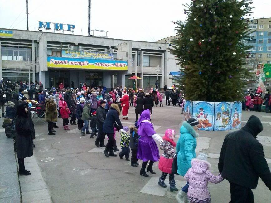 В Днепровском районе Днепродзержинска весело водили хоровод вокруг новогодней ёлки (фото) - фото 5