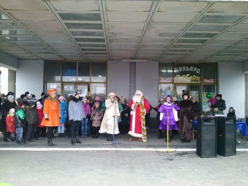 В Днепровском районе Днепродзержинска весело водили хоровод вокруг новогодней ёлки (фото) - фото 4