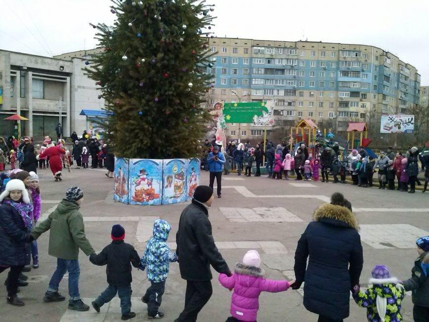В Днепровском районе Днепродзержинска весело водили хоровод вокруг новогодней ёлки (фото) - фото 6