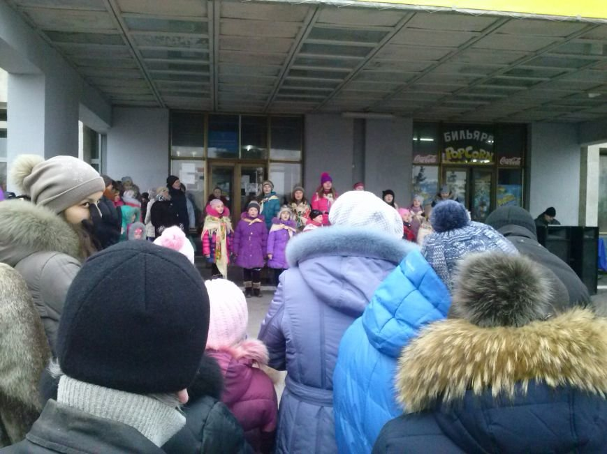В Днепровском районе Днепродзержинска весело водили хоровод вокруг новогодней ёлки (фото) - фото 1