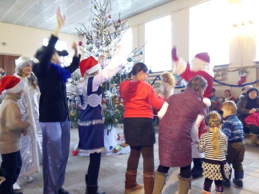 Новогодний праздник для детей-инвалидов в Славянском ДЦЮТ (фото) - фото 3