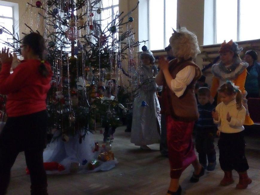 Новогодний праздник для детей-инвалидов в Славянском ДЦЮТ (фото) - фото 1