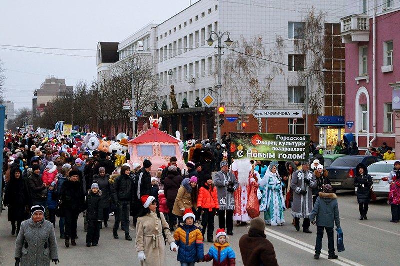 В Белгороде на новогоднем параде Дед Мороз прокатил солдат на военном грузовике (фото) - фото 1