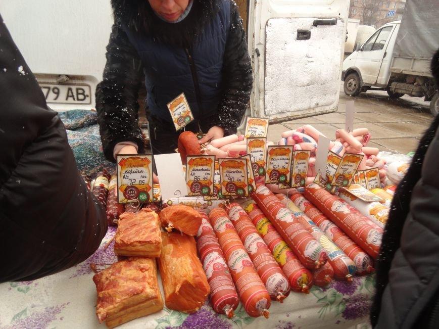 В центре Мариуполя появились лесники с двухметровыми елями по 102 гривне (ФОТОРЕПОРТАЖ) (фото) - фото 3