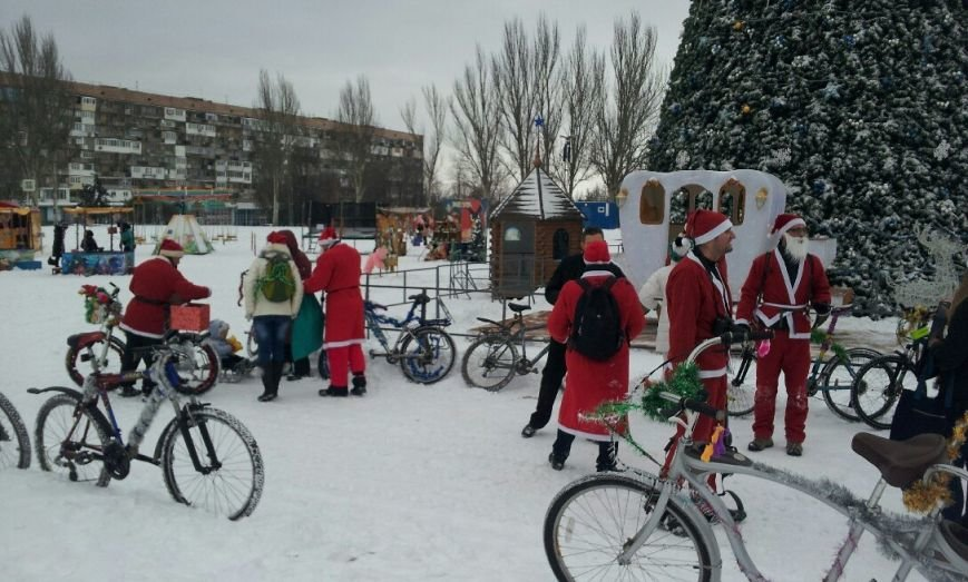 ФОТОФАКТ: В Запорожье состоялся новогодний велопробег Дедов Морозов (фото) - фото 1