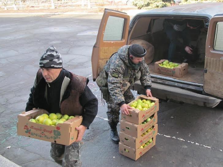 Танкисты под Мариуполем делали ремонты в домах стариков, дарили малообеспеченным семьям подарки (ФОТОРЕПОРТАЖ) (фото) - фото 1