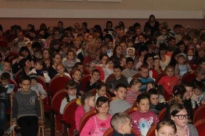 У детей сотрудников ГПтС Украины в Херсонской области прошел новогодний праздник в кукольном театре (фото) - фото 3