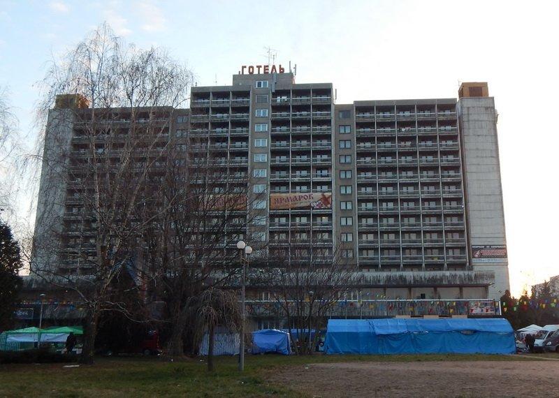 В Ужгороді під готелем «Закарпаття» - підпільний ярмарок (ФОТО) (фото) - фото 1