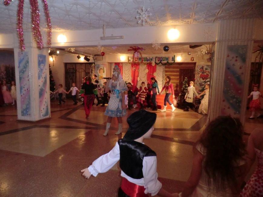 Коллектив дворца культуры, творчества и спорта ПАО «АКХЗ» устроил для ребятишек настоящий новогодний праздник (фото) (фото) - фото 3