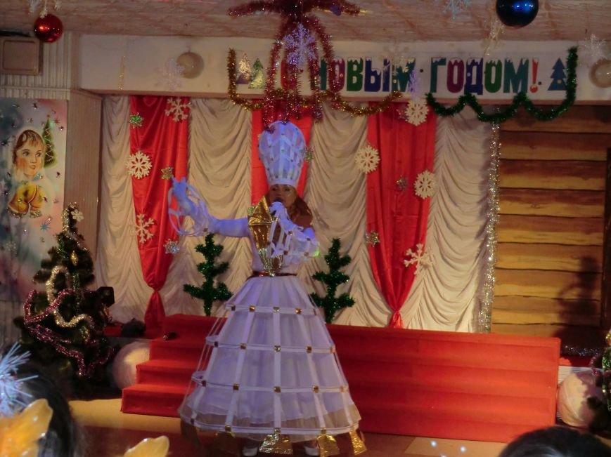 Коллектив дворца культуры, творчества и спорта ПАО «АКХЗ» устроил для ребятишек настоящий новогодний праздник (фото) (фото) - фото 1