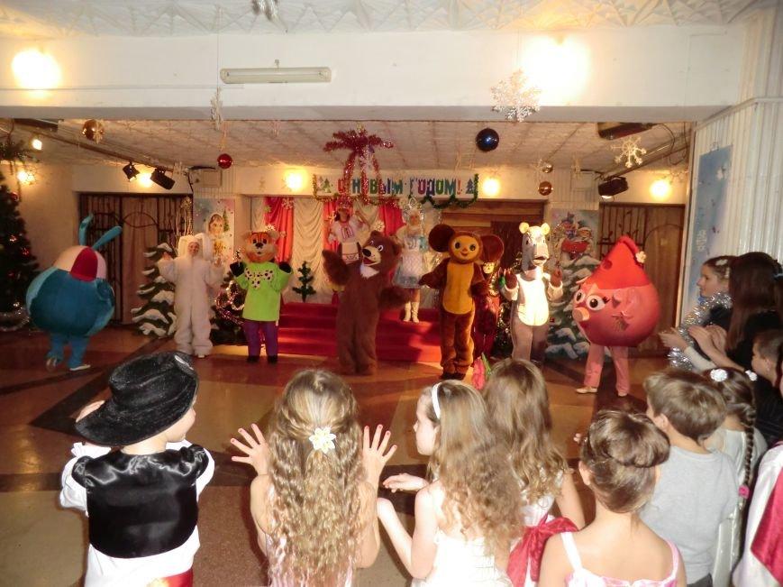 Коллектив дворца культуры, творчества и спорта ПАО «АКХЗ» устроил для ребятишек настоящий новогодний праздник (фото) (фото) - фото 2