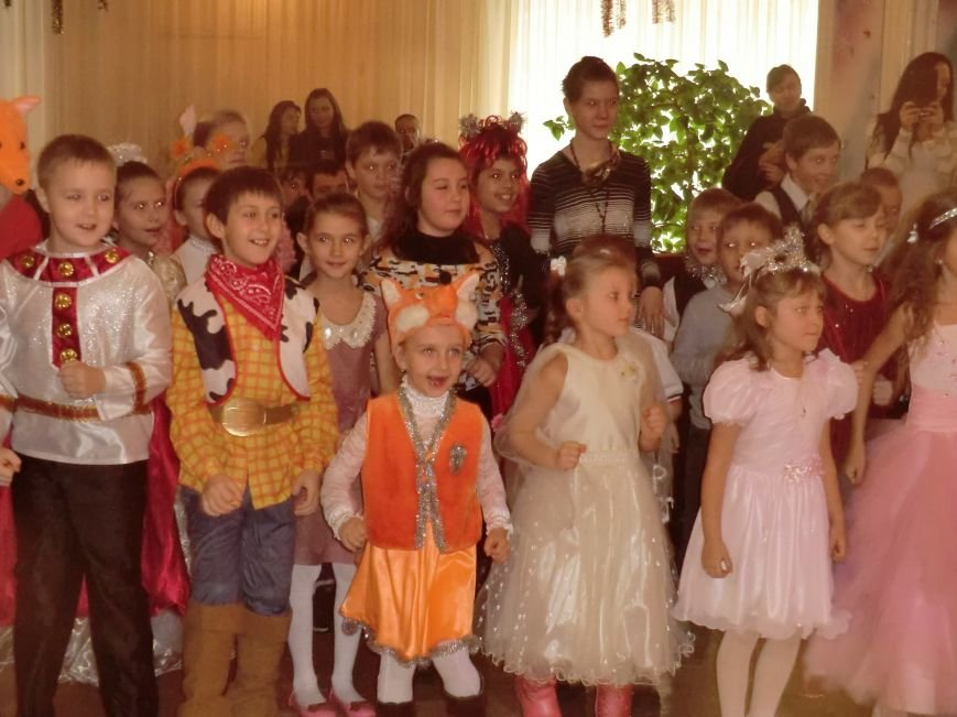 Коллектив дворца культуры, творчества и спорта ПАО «АКХЗ» устроил для ребятишек настоящий новогодний праздник (фото) (фото) - фото 4
