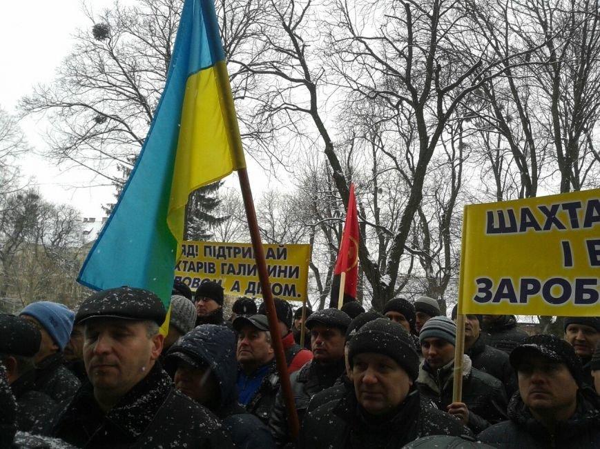 Пікет біля Львівської ОДА: шахтарі вимагають виплатити їм зарплату (ФОТО) (фото) - фото 1