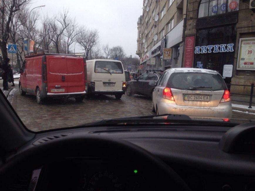 Ситуація на дорогах Львова: ДТП на проспекті Свободи та Братів Тершаковців (фото) - фото 1