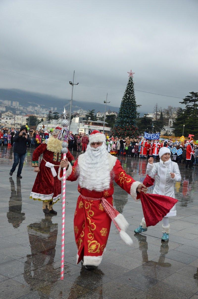 «Мороз-Парад» в Ялте: Три российских рекорда и «вежливый» Дед Мороз на бронемашине (ФОТО, ВИДЕО) (фото) - фото 3