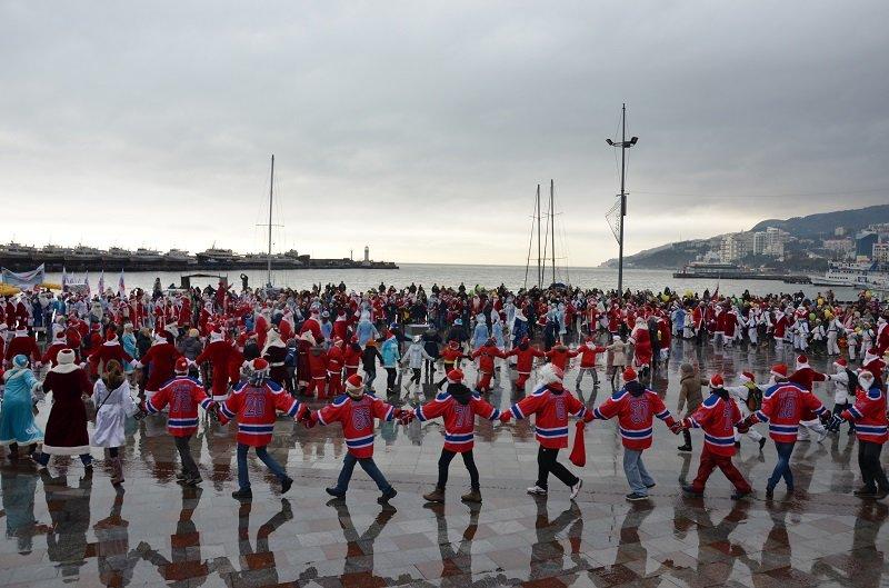 «Мороз-Парад» в Ялте: Три российских рекорда и «вежливый» Дед Мороз на бронемашине (ФОТО, ВИДЕО) (фото) - фото 15