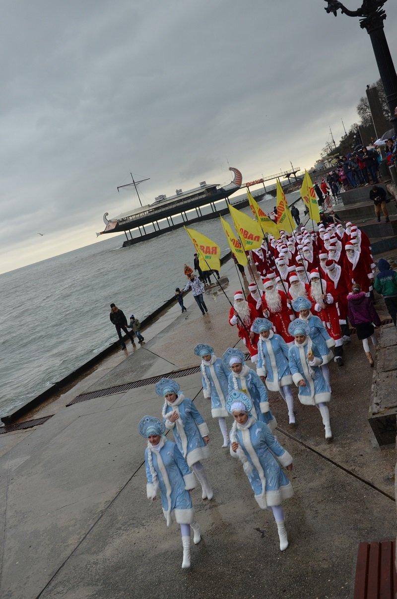 «Мороз-Парад» в Ялте: Три российских рекорда и «вежливый» Дед Мороз на бронемашине (ФОТО, ВИДЕО) (фото) - фото 2